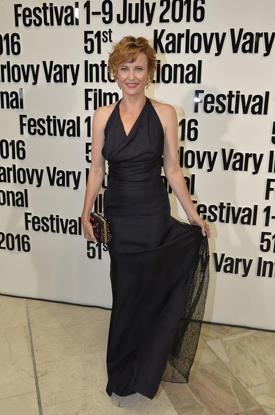 Jitka Schneiderová šaty Dior doplnila šperky Bvlgari.