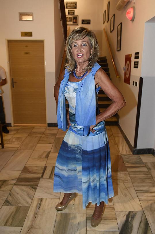 Zuzana Bubílková k opálené pleti zvolila výrazně barevný outfit.