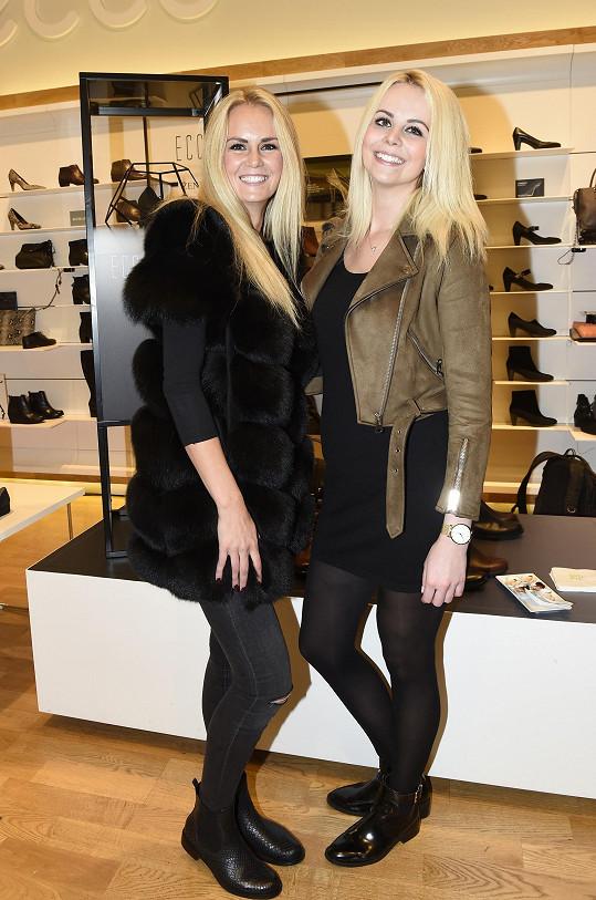 A Katku si Lucka vybrala i jako modelku na předvádění bot a kabelek.
