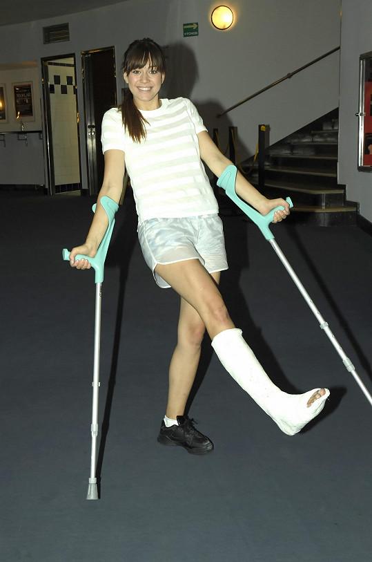 Karolina se bohužel zranila a bude muset hrát se sádrou.
