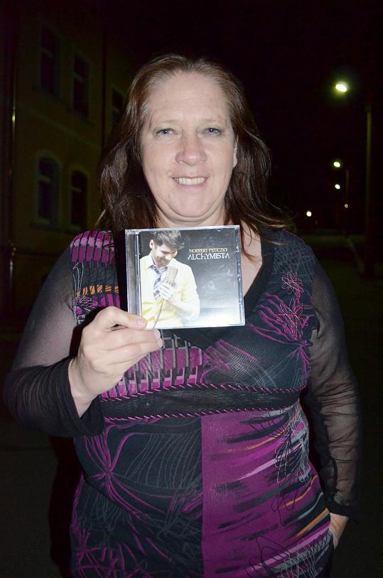 Kathy Kelly s albem Norberta, který ji na pódiu doprovodí.
