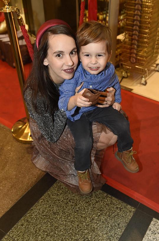 S kusem čokolády v ruce a puse byl opravdu hodný. Jindy mu ji maminka nepovoluje.