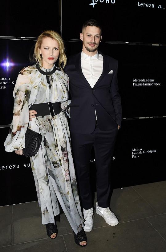 Bartošová s partnerem Lukášem na zahájení Mercedes-Benz Prague Fashion Weeku v Clam-Gallasově paláci.