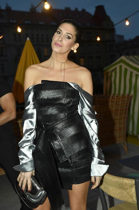 Na večírek dorazila v modelu od Michaela Kováčika.
