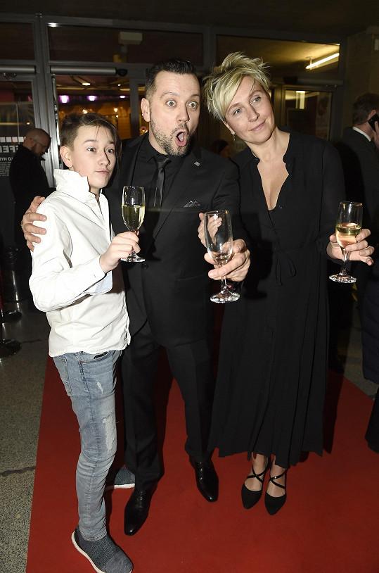 Michal Kavalčík dorazil v černém obleku. Barevně se tak sladil se svou partnerkou Zuzanou, barvám se u nich nebránil pouze hercův syn Alex.
