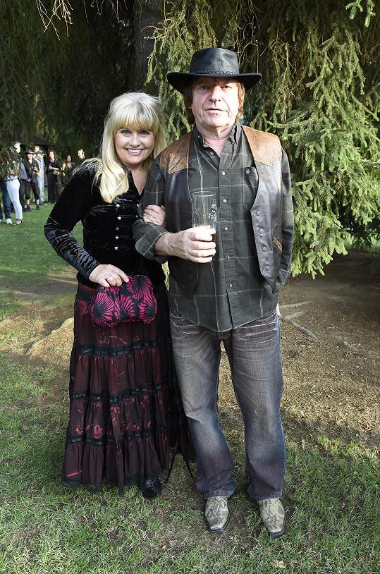 Jeho dlouholetý spoluhráč Milan Broum s manželkou