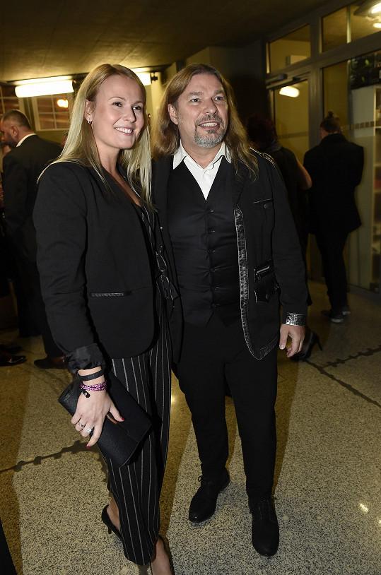 Na premiéře muzikálu Doktor Ox se zpěvák Petr Kolář ke své mladé blondýnce zamilovaně tisknul.