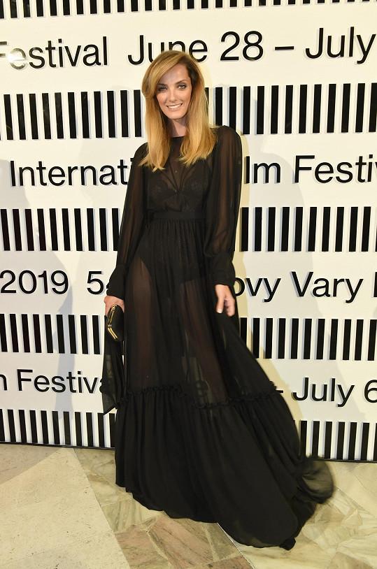 Oblékla šaty od Petry Balvínové.