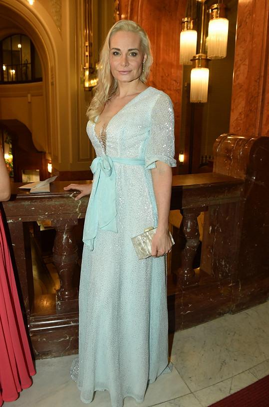 Bývalá modelka, nyní maminka třech dětí, Lucie Kachtíková v modelu od sourozenců Ponerových