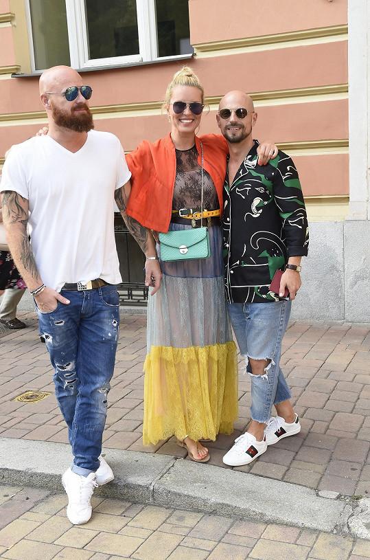 Simona první den pobytu s manželem Karlem a stylistou Filipem