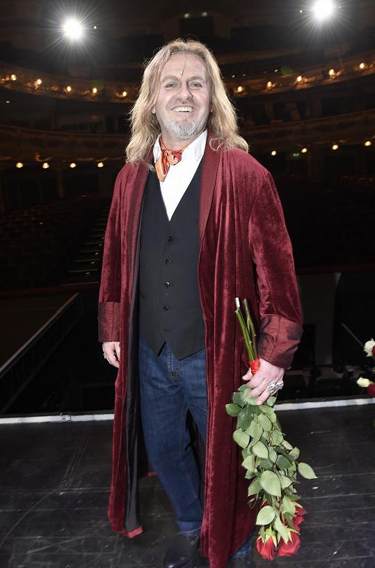 Po představení, Karel Gott ho pochválil.