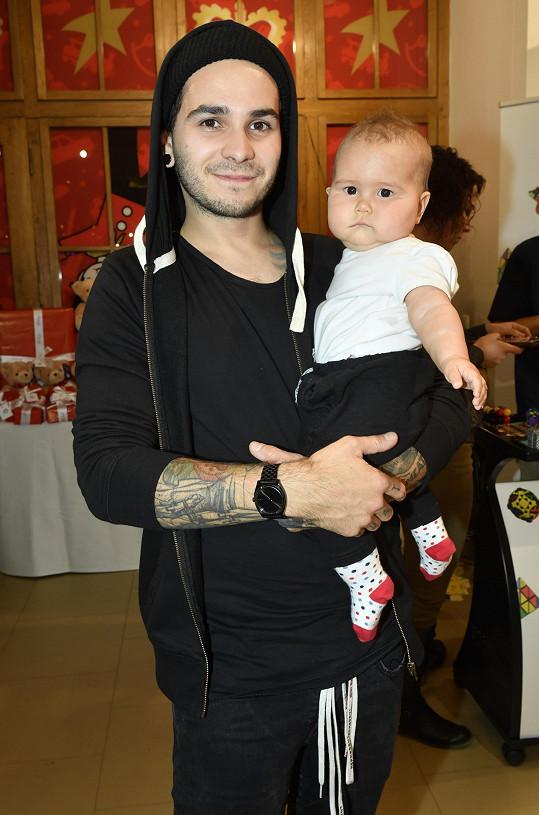 Bubeník kapely Mandrage Matyáš Vorda s dcerou Lolou.