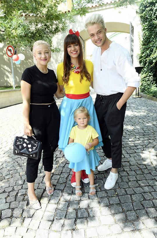 Oficiální představení projektu Karol a Kvído si nenechala ujít zpěvaččina kolegyně Tereza Mašková (vlevo), vítězka páté řady pěvecké soutěže Česko Slovenská SuperStar.