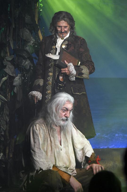 Daniel Hůlka jako Robinson, spisovatele Defoa ztvárnil Marian Roden.
