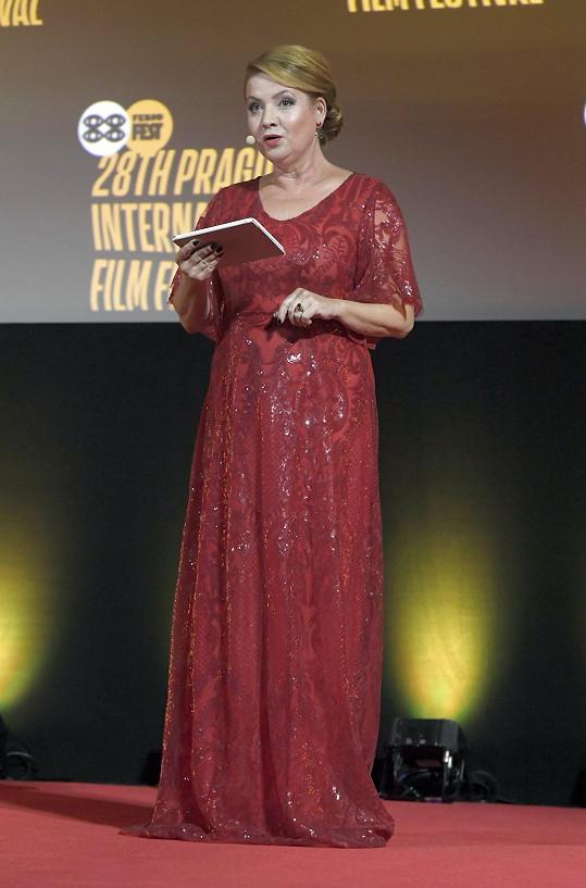 Rudá róba z krajky je uzpůsobena na výšku modelek, a tak si moderátorka musela dávat pozor, aby na pódiu neupadla.