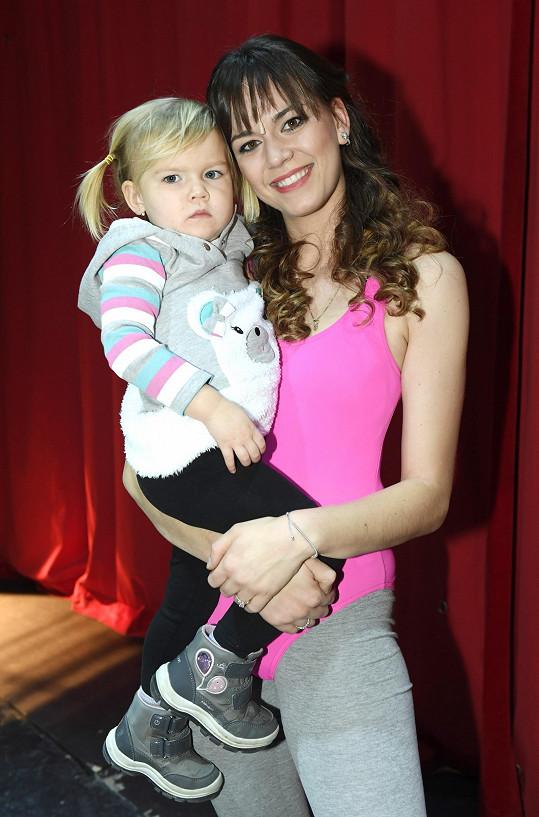 Karolina se starší dcerou Emilkou, která se přišla na maminku podívat. Mladší Marek je na to ještě malý.