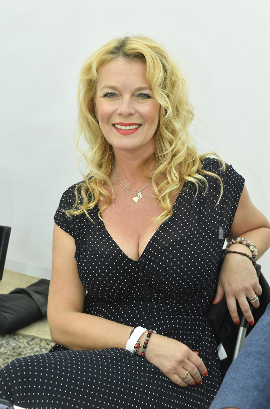 Lucie Benešová v letních šatech s hlubokým výstřihem předvedla své přednosti.