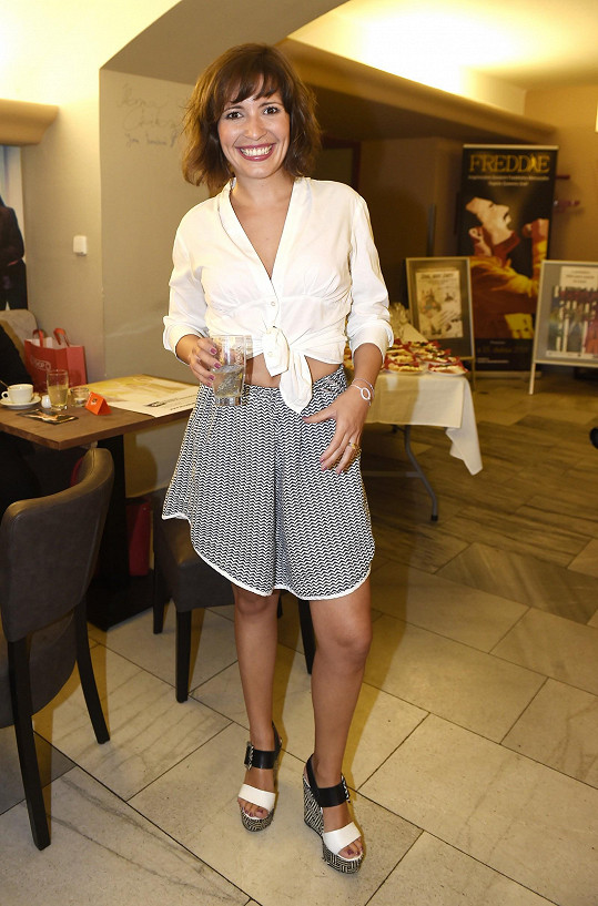 Na úvodní tiskovou konferenci si vybrala tento outfit.