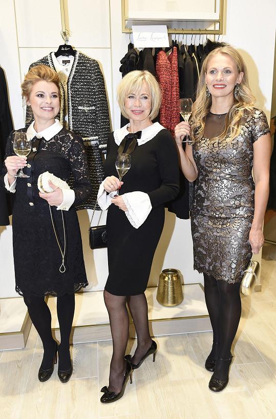 Mezi o generaci mladšími kolegyněmi Betkou Stankovou a Míšou Badinkovou na módní show v obchodním centru na Chodově