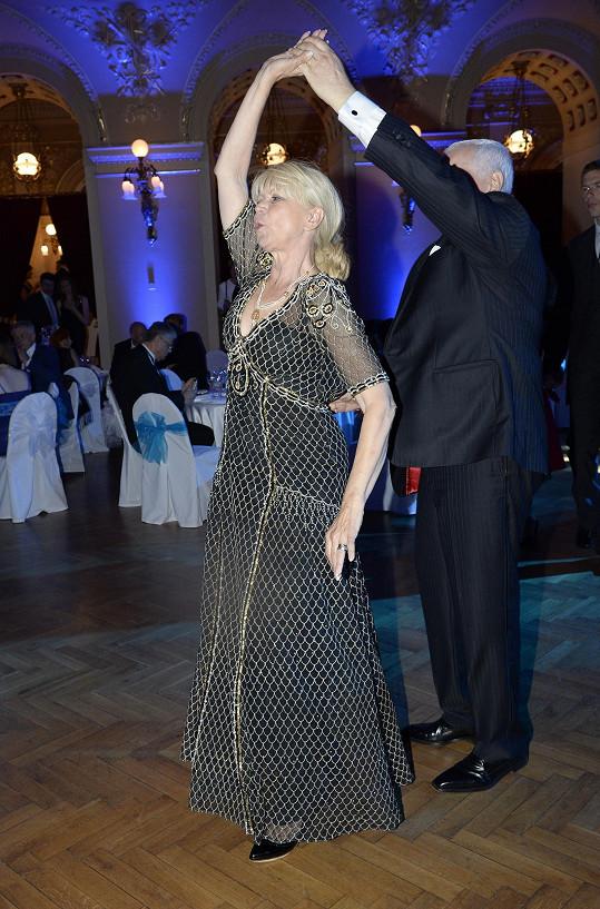 Zatančila si i hraběnka Milada Karasová.