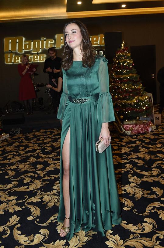 Když stála, šaty vypadaly relativně cudně.