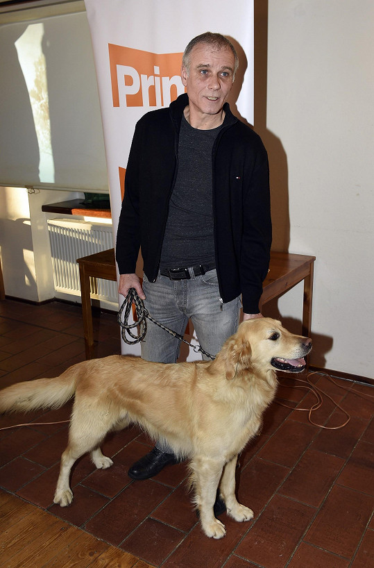 V seriálu mu bude dělat společnost pes Egon.