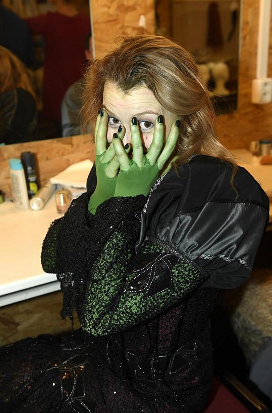 I s odličováním zelené barvy z obličeje už se poprala.