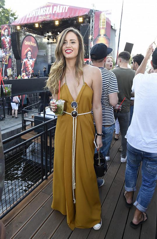 Zuzana Jandová v šatech od sourozenců Ponerových vypadala velmi sexy.