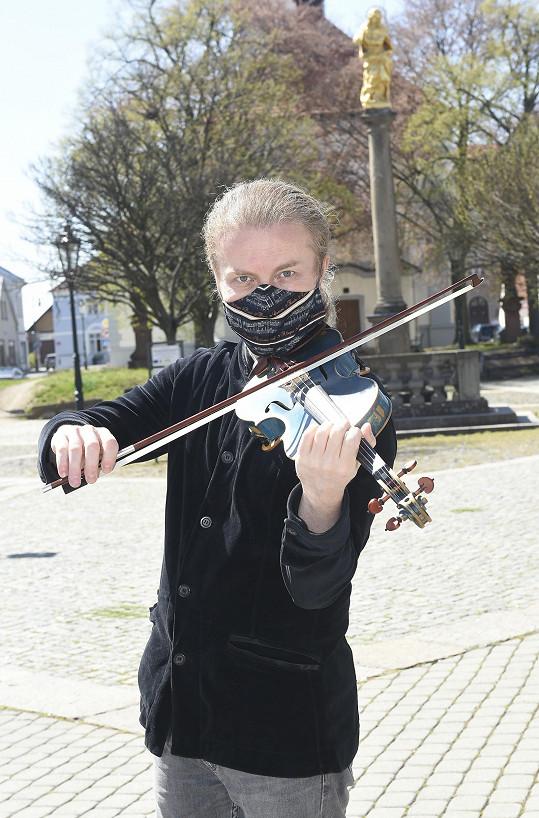Pavel hraje denodenně a vysílá i online koncerty.