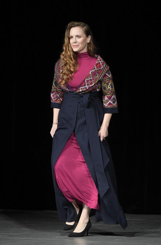 Petra Nesvačilová předváděla šaty, které navrhla Lilia Khousnoutdinova.