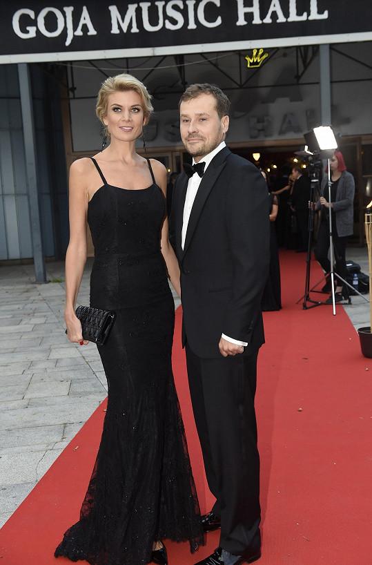 Perfekně se oblékl i její manžel Jarda.