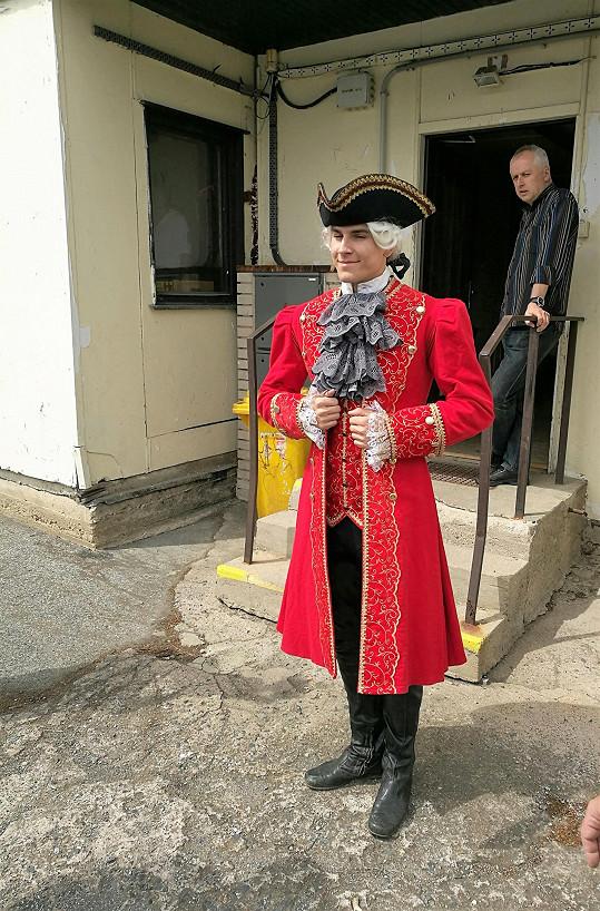Historický kostým mu sluší.