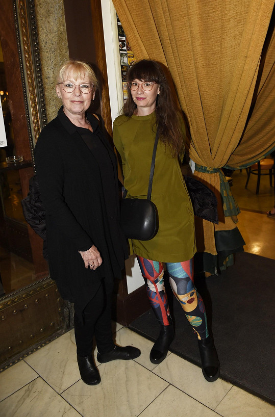 Kateřina Macháčková s dcerou Helenou na filmové premiéře