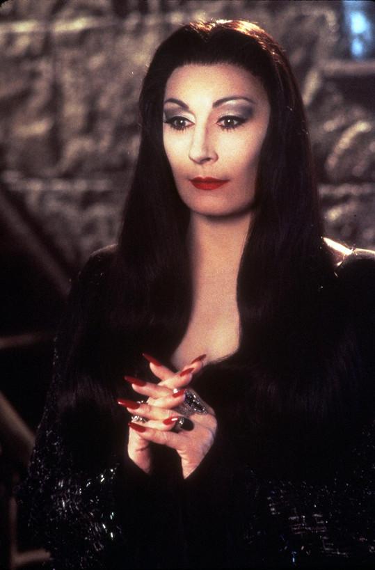 Huston jako Morticia Addams v kultovní Addamsově rodině