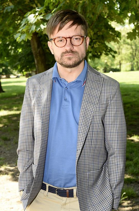 Úspěšný herec, který má za sebou i zdařilou režii dvou filmů, seděl na gymnáziu 8 let vedle Adama Vojtěcha. Ten vystudoval práva.