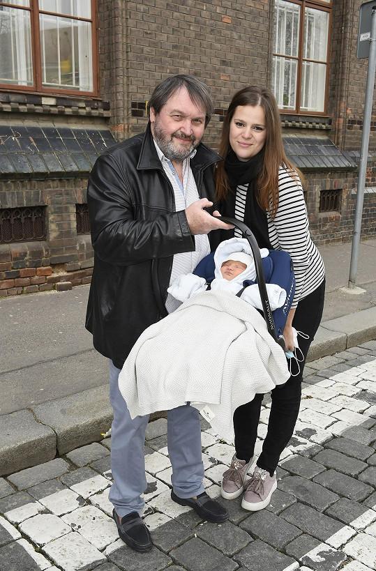 Ornella Koktová při odjezdu z porodnice. To netušila, že se tam brzy kvůli bolestem vrátí.
