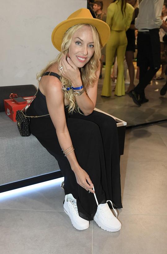 Na jeviště ráda nosí podpatky, v soukromí upřednostňuje sportovní obuv.