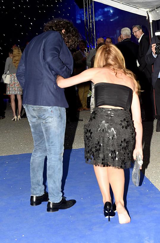 Pak už si botu radši nesla a Richard ji podpíral.