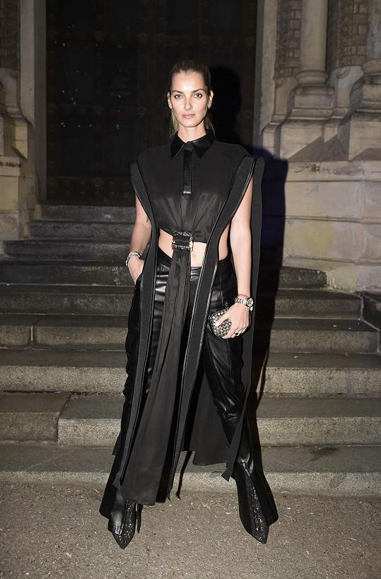 Nepřehlédnutelný model od české značky Laformela zvolila Denisa Dvořáková. Takto výrazný model doplnila stejně výraznými doplňky, jako je psaníčko Knot od Bottega Veneta a obutí Aldo.