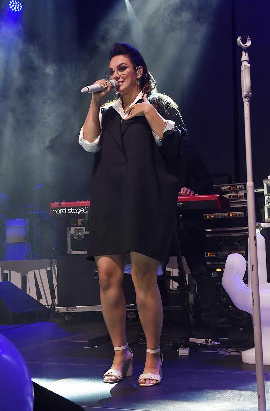 Ewa Farna vystupovala v rámci charitativního večera Karla Komárka.