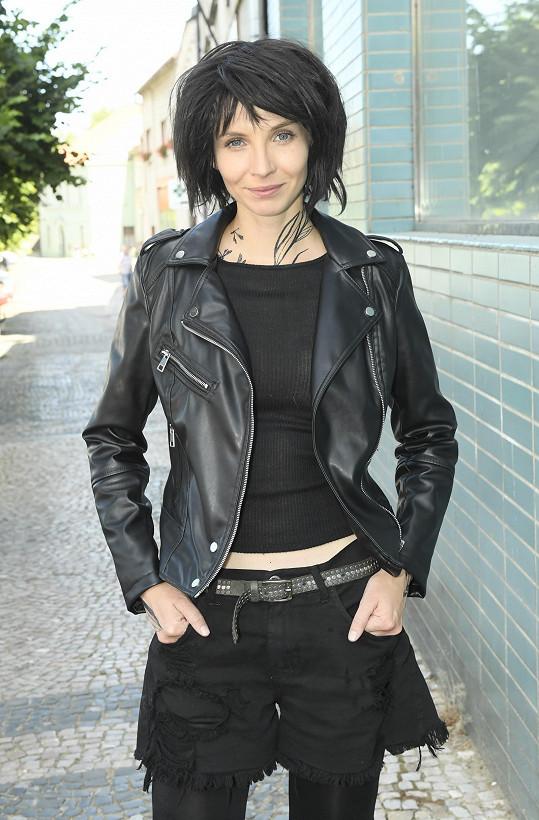 V celočerném outfitu působí herečka ještě štíhlejším dojmem než obvykle.