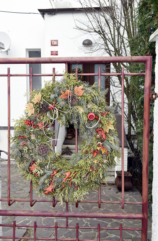 Vánoční věnec vás přivítá už na zahradní brance.