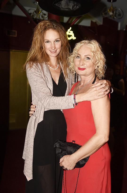 Na premiéru ji přišla podpořit dcera Josefína.