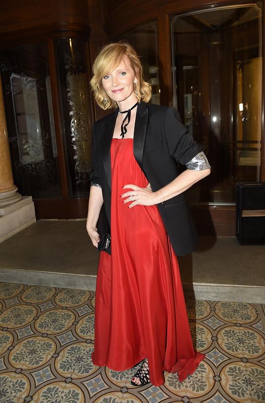 Aňa splnila dress code, v němž bylo zadáno, že má obléknout něco červeného.