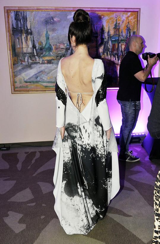 Vzor šatů s odhalenými zády byl tvořen silným latexovým nástřikem.