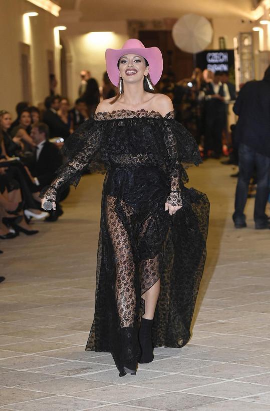 Jitka zpívala na galavečeru Look Bella ve velmi odvážných šatech.