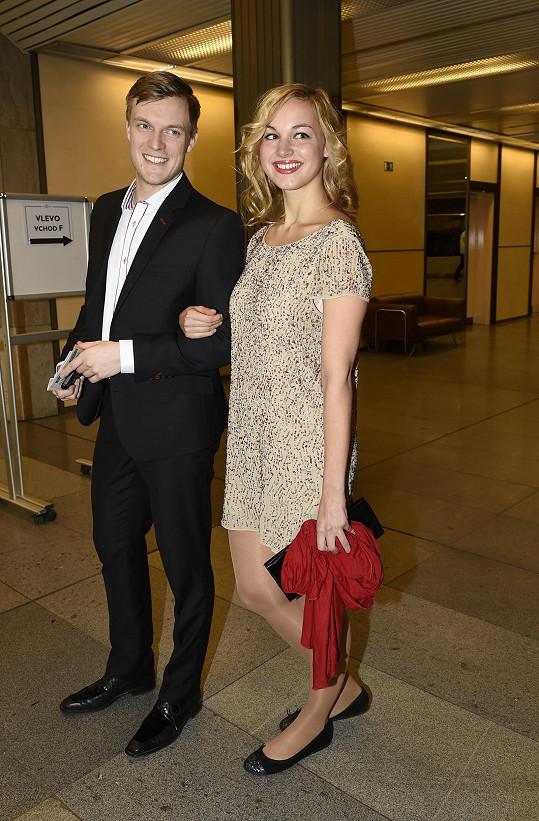 Tomáš Verner si na premiéru muzikálu Rocky vyšel s neznámou dívkou.