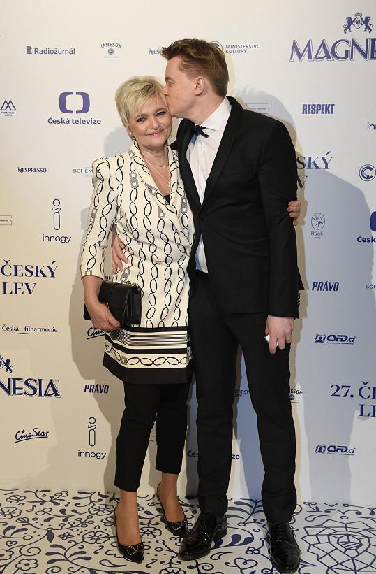 Petr Kolečko s maminkou, která ho doprovodila na vyhlášení cen Český lev.