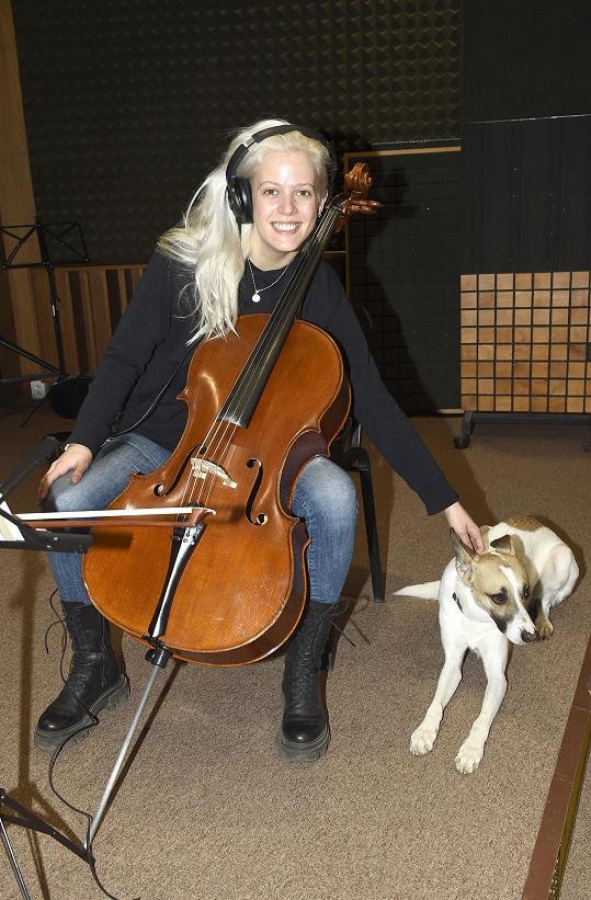 Terezie Kovalová ve studiu, kde nahrávala hudbu k filmu Gump, pes, který naučil lidi žít.