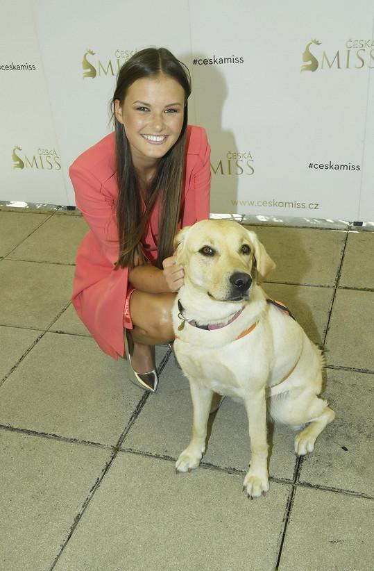 na castingu ji zaujal asistenční pes, který pomáhá nevidomým.